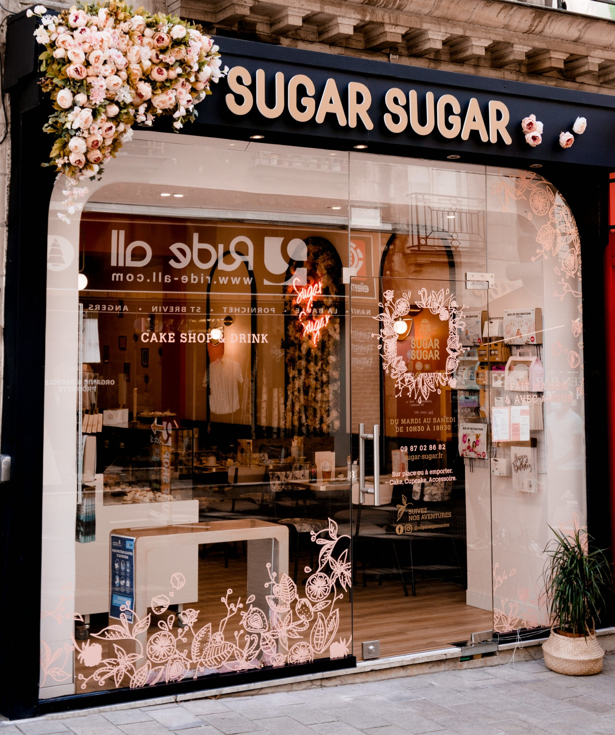 AMENAGEMENT DECORATION BOUTIQUE SALON DE THE PATISSERIE SUGAR SUGAR NANTES PAR LYDIE PINEAU KIOSQUE DECO